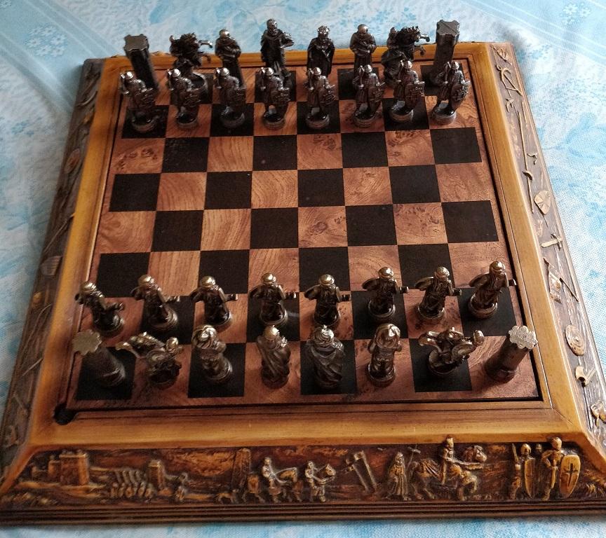 Piękne metalowe stylowe szachy w zdobionym pudle!
