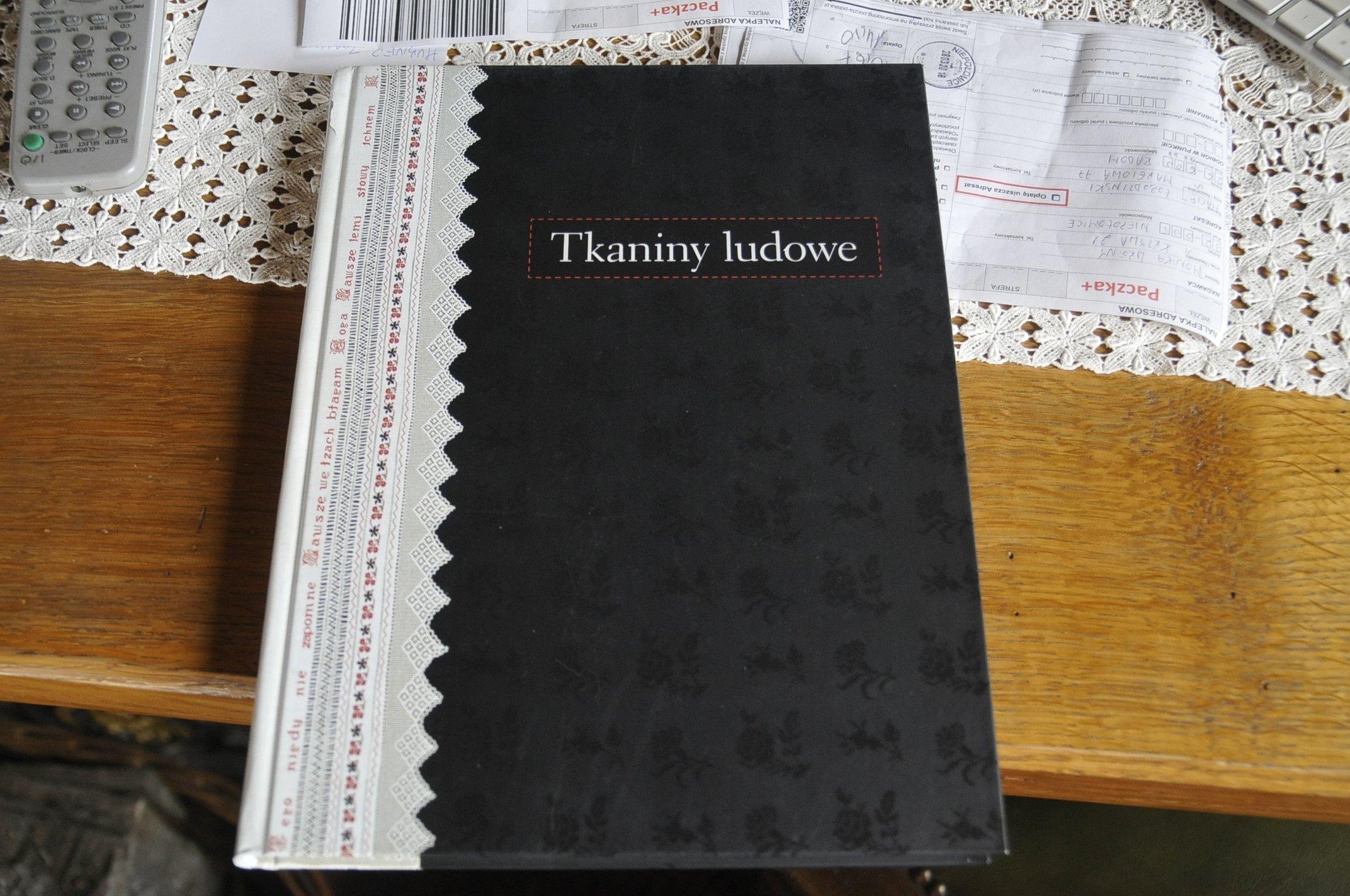 TKANINY LUDOWE === katalog wystawy MN we Wrocławiu