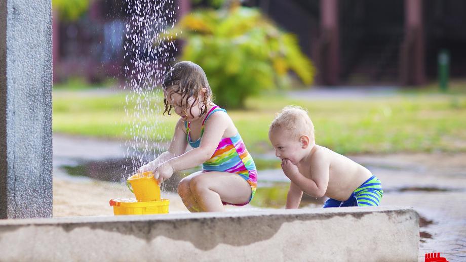 Jak zrobić plażę za domem – przegląd gadżetów do wodnych zabaw