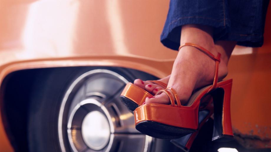 Sandały na platformie – przegląd, wskazówki z czym je nosić