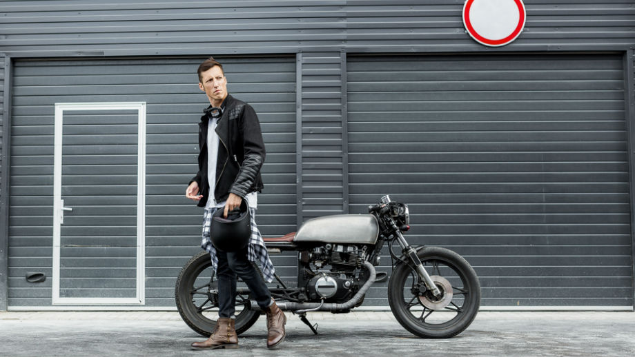 Styl motocyklowy – męskie stylizacje na lato
