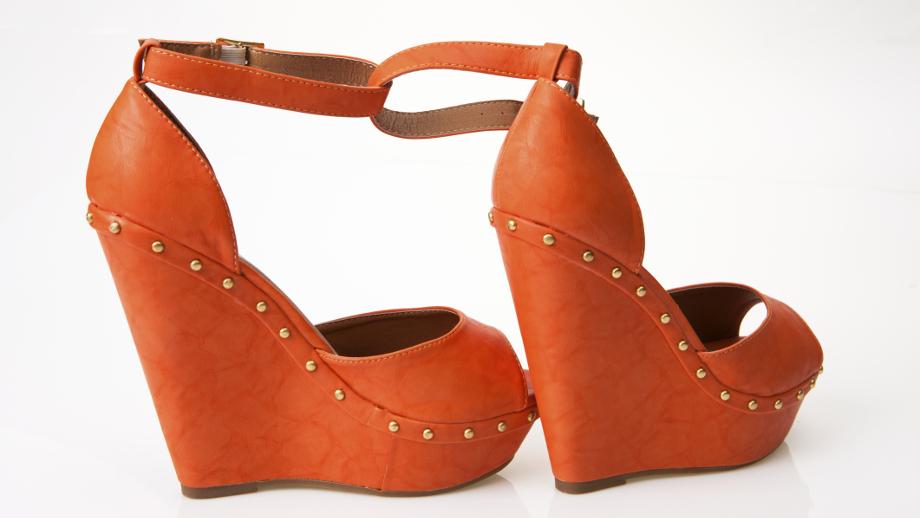 Sandały na koturnach – idealne na wiosnę i lato