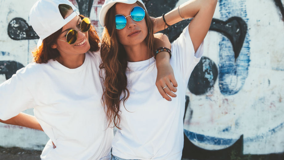 Biały t-shirt – basic, który musisz mieć w swojej szafie