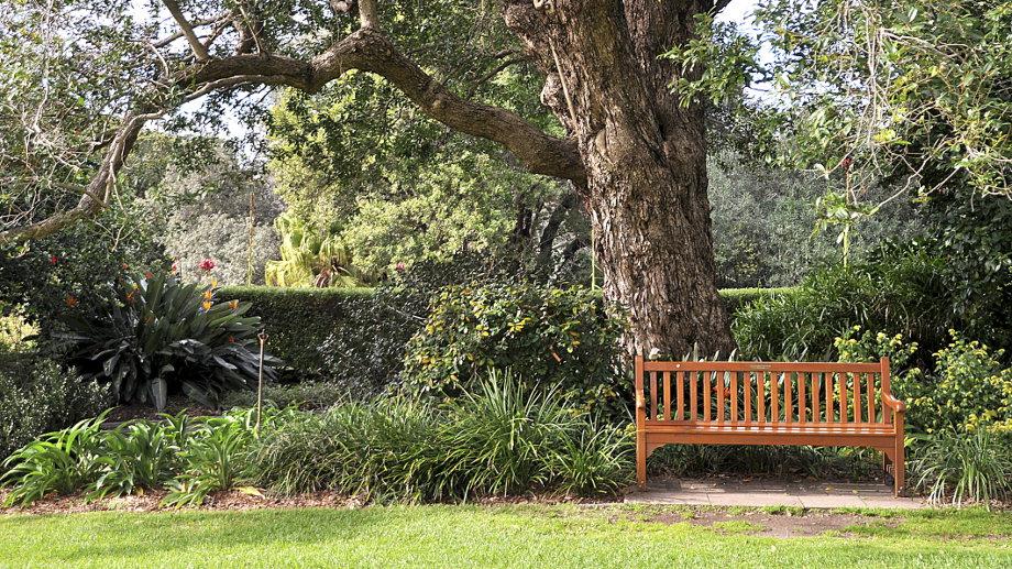 Ako si vybrať záhradnú lavicu?
