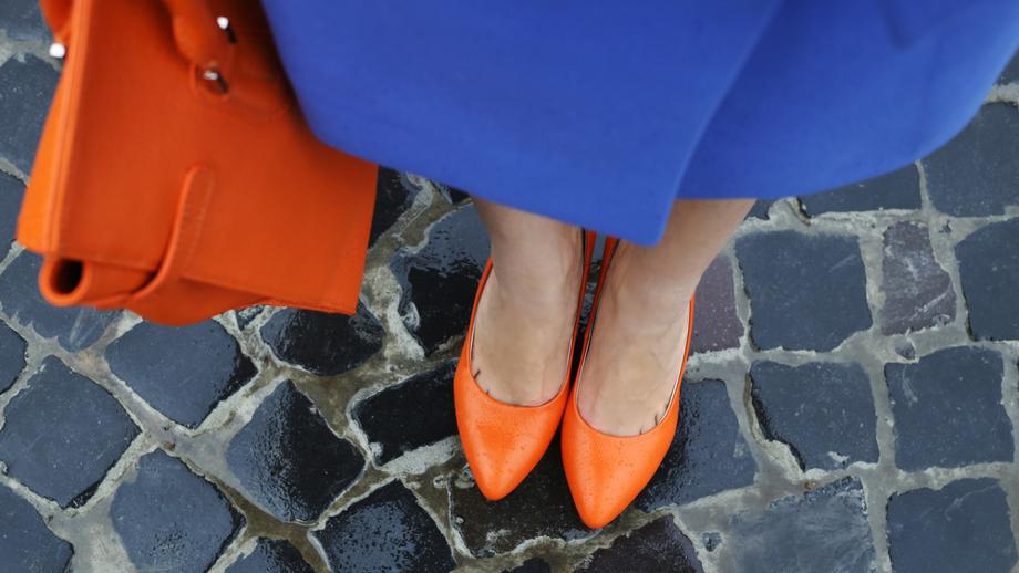 Z czym nosić kolorowe szpilki do biura?