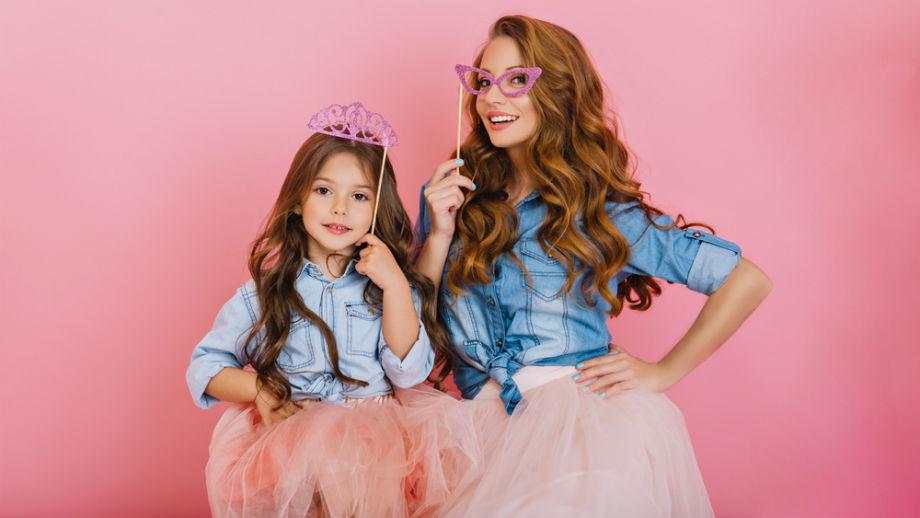 Mama i córka na weselu – propozycje stylizacji ze spódnicą