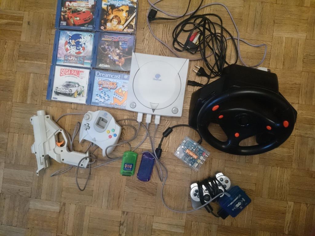 Dreamcast z kierownicą, pistoletem i drugim padem